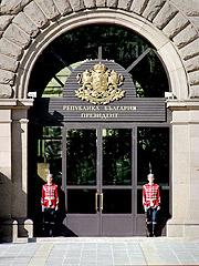 Гвардейци на пост пред сградата на Президентството
