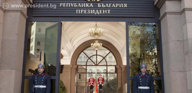 Президентът Росен Плевнелиев издаде укази за назначаването на служебното правителство и за разпускането на Народното събрание.
