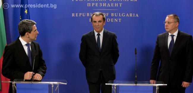 Президентът Росен Плевнелиев подписа указ, с който предлага на Народното събрание да избере Пламен Орешарски за министър-председател.