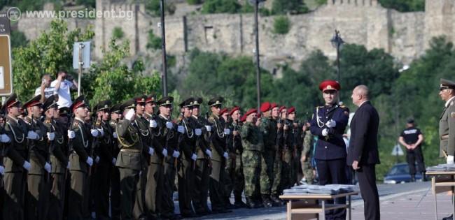 Радев: Офицерските пагони са отговорност към сигурността, независимостта и суверенитета на Родината